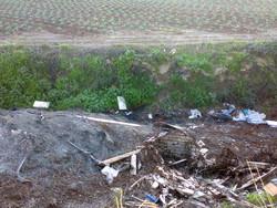 Materiali inerti, e polverulenti volatili, sul bordo di un campo coltivato
