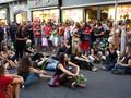 """Corteo """"funebre"""" per l'arrivo di Berlusconi a Napoli: donne sedute in via Roma"""