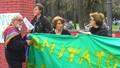 Padre Alex Zanotelli regge, insieme a Simona Ricciardelli (Donne in Nero) lo striscione del Comitato Pace, Disarmo e Smilitarizzazione del Territorio - Campania