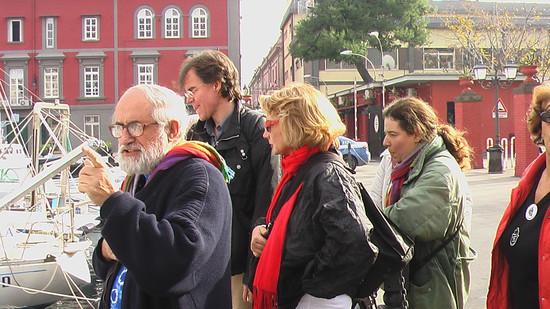 Padre Alex con alcuni militanti del Comitato Pace, Disarmo e Smilitarizzazione del Territorio - Campania