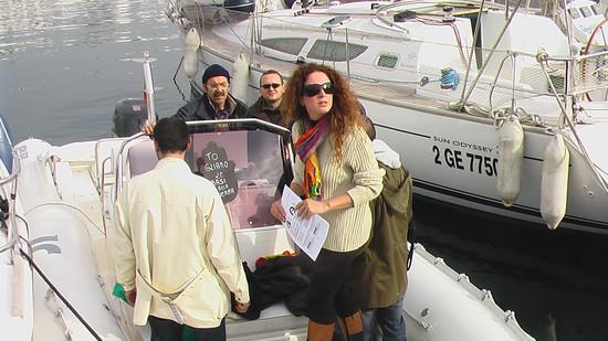 Angelica Romano su uno dei gommoni diretti verso la Truman