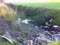 Materiali scaricati da camion lungo un fossato dei Regi Lagni