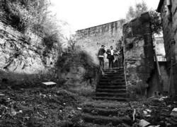 Lo scempio Le torri aragonesi abbandonate tra boscaglie selvatiche bassi e garage condonati resti di costruzioni dismesse e panni stesi ad asciugare.