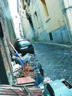 Carcasse d'auto e immondizia davanti al monastero