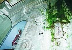 Santa Maria Porta Coeli: l'interno della chiesa aggredito dal muschio a causa delle infiltrazioni.