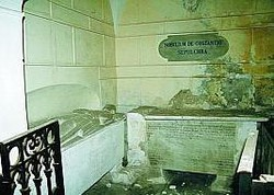 La zona dei sarcofagi e l'altare principale privato del marmo