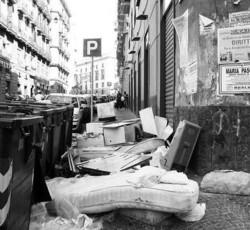 Negozio bloccato dai rifiuti