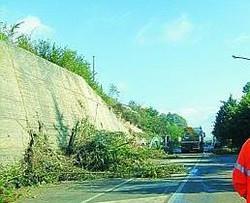 La frana ha causato parecchi problemi agli automobilisti Si lavora al ripristino del traffico per rendere possibile la circolazione