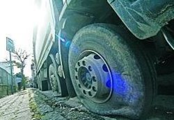 camion Bucate le ruote degli automezzi in colonna davanti alla discarica: impossibile accedere al sito