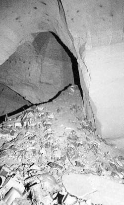 Attualmente l'interno della cavità di via Emilio Scaglione è colmo di rifiuti di ogni genere che sono stati gettati lì sotto attraverso i fori dei pozzi che sbucano nelle abitazioni e nelle campagne circostanti. Proprio in concomitanza con le apertura in superficie si sono create vere e proprie collinette di pattume di qualunque tipo. Quelle montagne ostacolano il cammino e vanno scalate per proseguire.