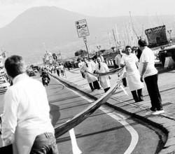 Listati a lutto I ristoratori del lungomare con un enorme drappo nero simbolo della serrata contro l'emergenza rifiuti.