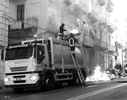 Incendio di un autocompattatore a Salerno