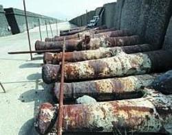 L'arsenale Le bocche da fuoco borboniche utilizzate come difesa sono accatastate in un angolo
