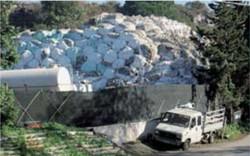 La «montagna» di ecoballe che sorge in località Santa Maria La Bruna.
