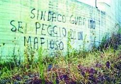 Una delle scritte appare ieri a Solofra contro il sindaco Guarino