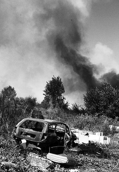 Incendi nei campi Rom