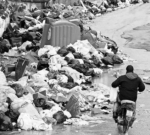 Napoli tra i rifiuti