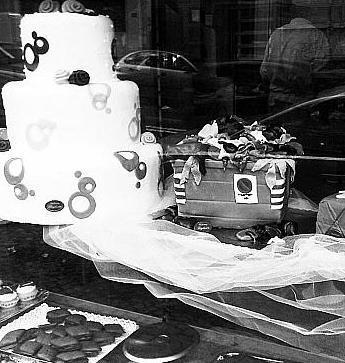 Una «dolce» protesta contro l'emergenza. Una torta a tema: un cassonetto stracolmo. È l'idea del pasticciere Angelo Biglietto, di via Giacinto Gigante, e del figlio Raffaele.
