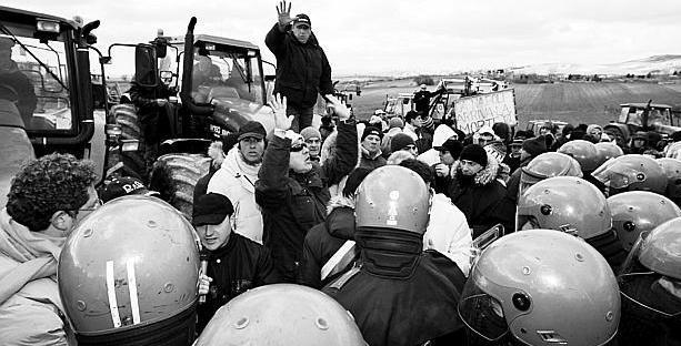 Proteste a Savignano Irpino. A destra l'inceneritore di Acerra