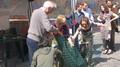 Prima iniziativa pubblica dell'iniziativa Compostiamoci Bene. Attivisti del CO.RE.ri., del MOA e dello SCI costruiscono una compostiera condominiale