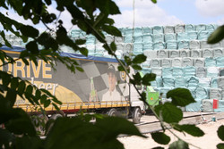 A tutta birra... camion camuffati traportano ecoballe in una delle megadiscariche del giuglianese