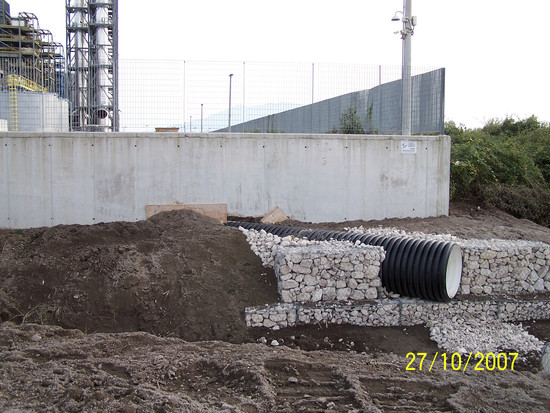 Spunta un tubo di scarico dal muro di cinta dell'ecomostro di Acerra
